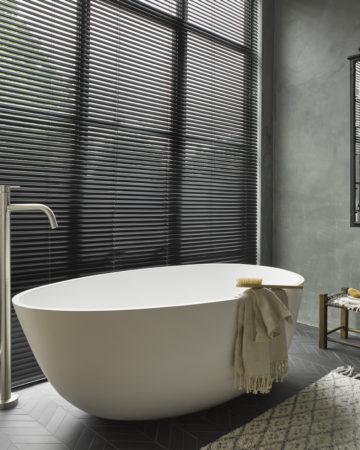 Aluminium jaloezie zwart Scala met modern vrijstaand bad