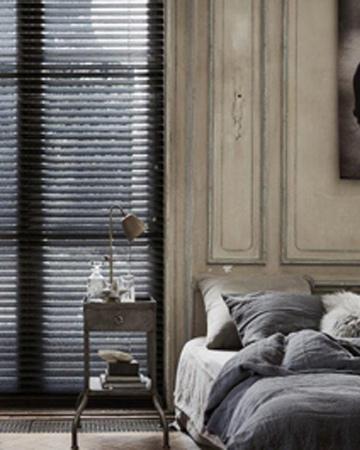 raambekleding voor hoge ramen houten jalouzie zwart in slaapkamer