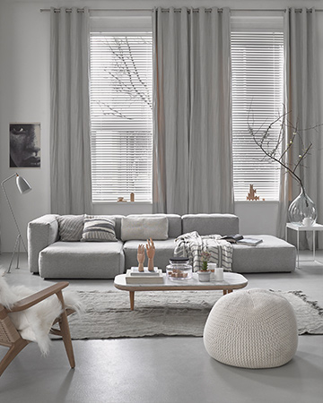 kamerhoge gordijnen in licht grijze interieur