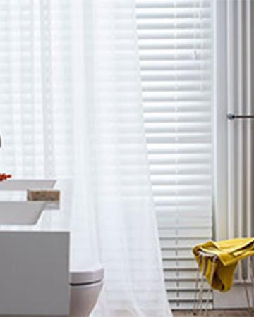 Raamdecoratie in de badkamer, maak de juiste keus