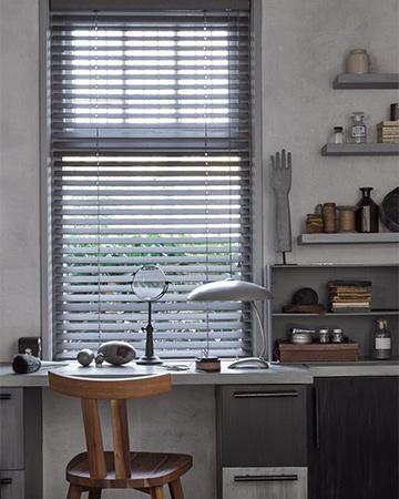 Jaloezie n voor elk raam mrwoon voorburg for Houten decoratie voor raam
