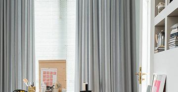 Gordijnen Licht Grijs : Oversized gordijnen nonchalant op de grond mrwoon raamdecoratie