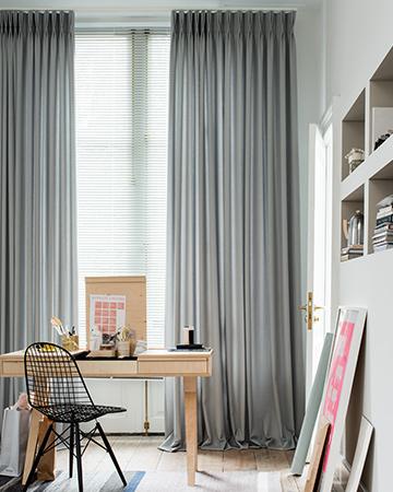 https://www.mrwoon-raamdecoratie.nl/wp-content/uploads/2018/01/Oversize-gordijnen-Lichtgrijs-gecombineerd-met-jaloezie.jpg