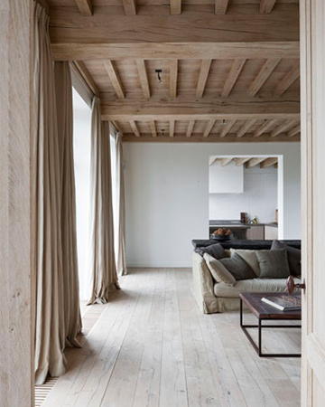 oversized gordijnen linnen gordijnen gecombineerd met houten plafond