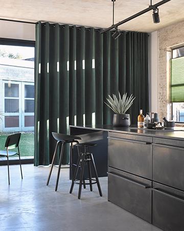 https://www.mrwoon-raamdecoratie.nl/wp-content/uploads/2018/03/Velours-gordijn-Isola-groen.jpg