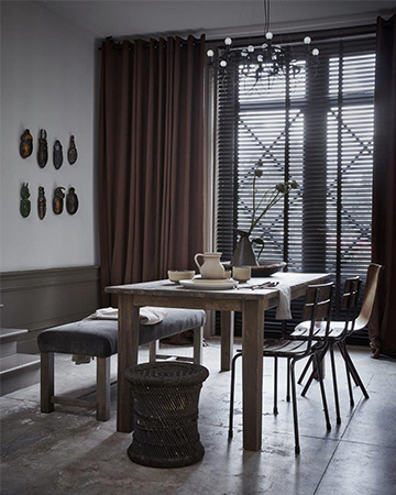 https://www.mrwoon-raamdecoratie.nl/wp-content/uploads/2018/07/Houten-jaloezie-in-landelijk-interieur-gecombineerd-met-gordijnen.jpg